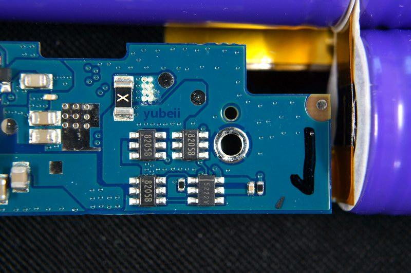 在小米的官方宣传中,16000mAh移动电源具备输出电流自动识别功能,这个由图中USB附近的TI TPS2513完成,这是一颗USB专用充电端口 (DCP) 控制器,支持BC1.2规范和中国电信标准YD/T 1591-2009短接模式,解决了安卓和苹果手机在充电过程中无法识别。同时采用了两颗R050精密取样电阻,保证了输出电流保护点不会随着温度上升或者电流变化而偏移影响输出的稳定性。  小米16000mAh   小米16000mAh在使用安全上采用了多重保护,其中图中的5222V(类似DW01)与多颗